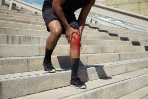 Uszkodzenie więzadła krzyżowego przedniego - ACL - biegacz na schodach