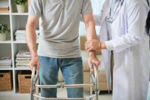 Pacjent z endoprotezą - z balkonikiem i lekarką