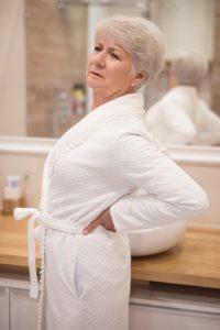 Seniorka - bolące biodro i dolny kręgosłup