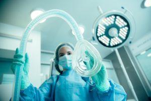 Aparatura do znieczulenia ogólnego - do tchawicy - anestozjolog i narkoza na sali operacyjnej